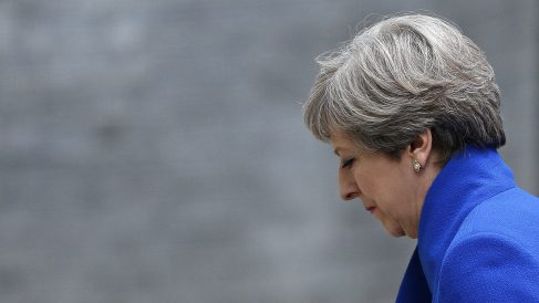 Theresa May regresa cabizbaja al 10 de Downing Street tras la pérdida de la mayoría absoluta. (AFP)