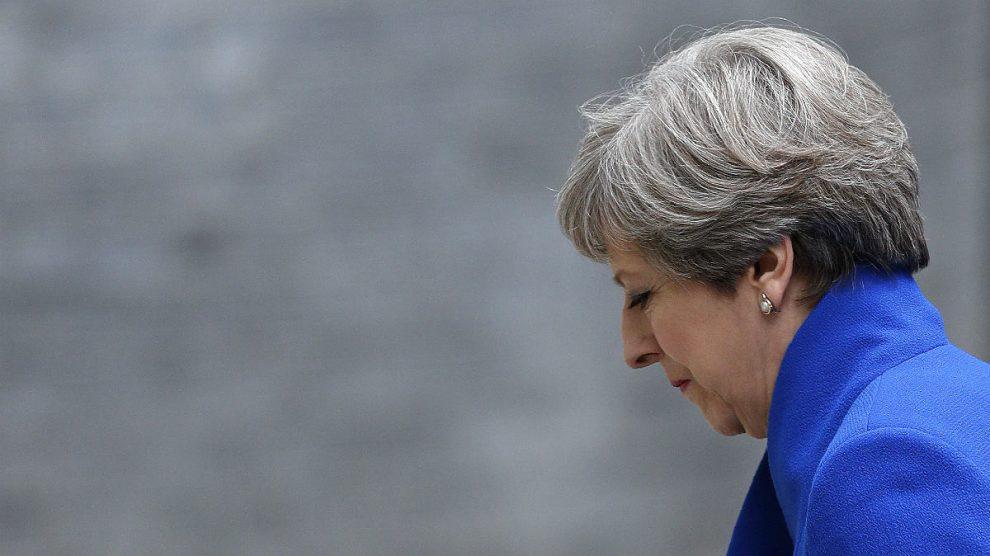Theresa May regresa cabizbaja al 10 de Downing Street tras la pérdida de la mayoría absoluta. (AFP)