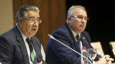 El ministro del Interior, Juan Ignacio Zoido, y el presidente de la AVT, Alfonso Sánchez. (EFE)