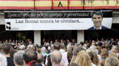 Los vecinos del municipio madrileño de Las Rozas muestran hoy su dolor y solidaridad por la muerte de su vecino Ignacio Echeverría en el atentado de Londres del pasado sábado. Foto: EFE