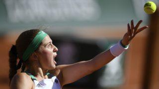 Ostapenko saca para ganar Roland Garros. (AFP)