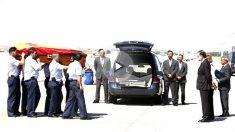 Rajoy a la llegada del féretro de Ignacio Echeverría (Foto: Efe).