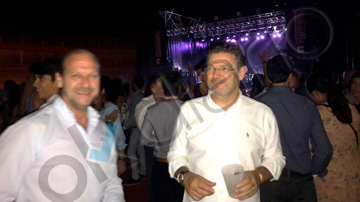 Rafael Catalá, a la derecha de la imagen, en el concierto de Hombres G en Cuenca.
