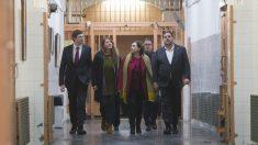 Ada Colau y Oriol Junqueras en la prisión Modelo de Barcelona. (Foto: EFE)