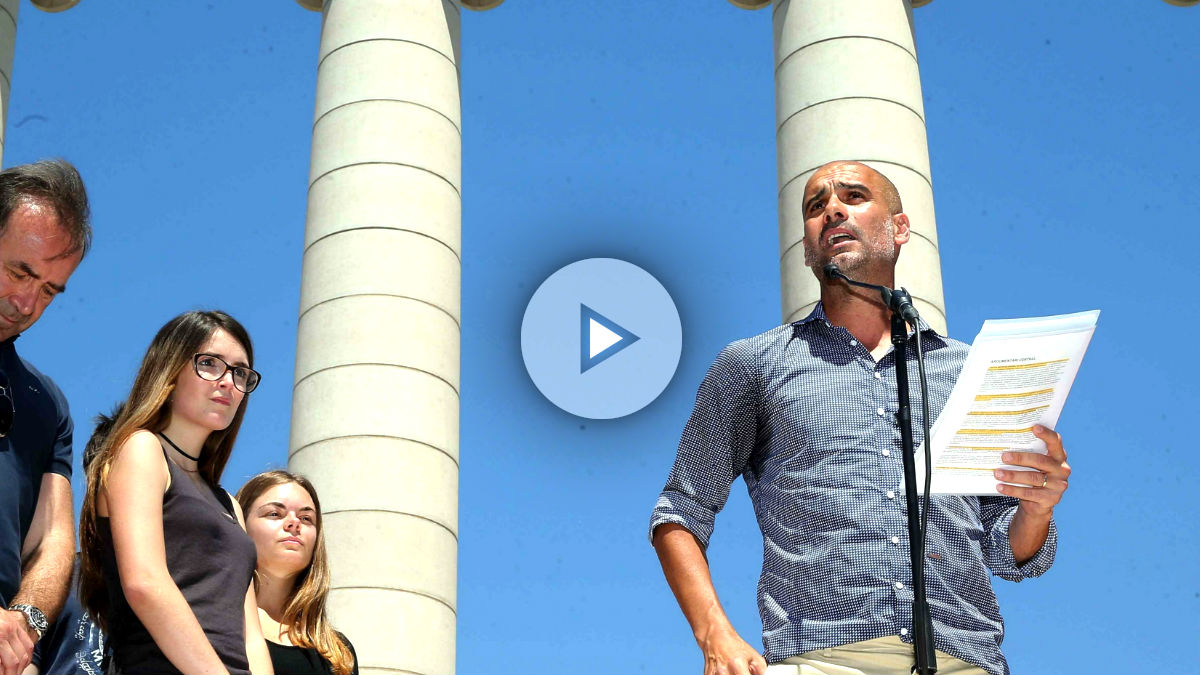 Guardiola leyendo el manifiesto en el acto independentista (Foto: Efe).