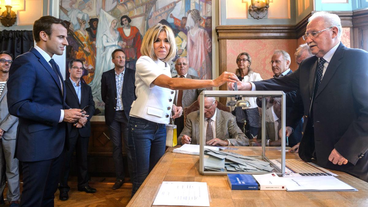 Macron y su esposa votando este domingo (Foto: AFP).