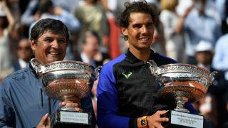 Rafa Nadal posa junto a su tío Toni con la Copa de los Mosqueteros. (AFP)