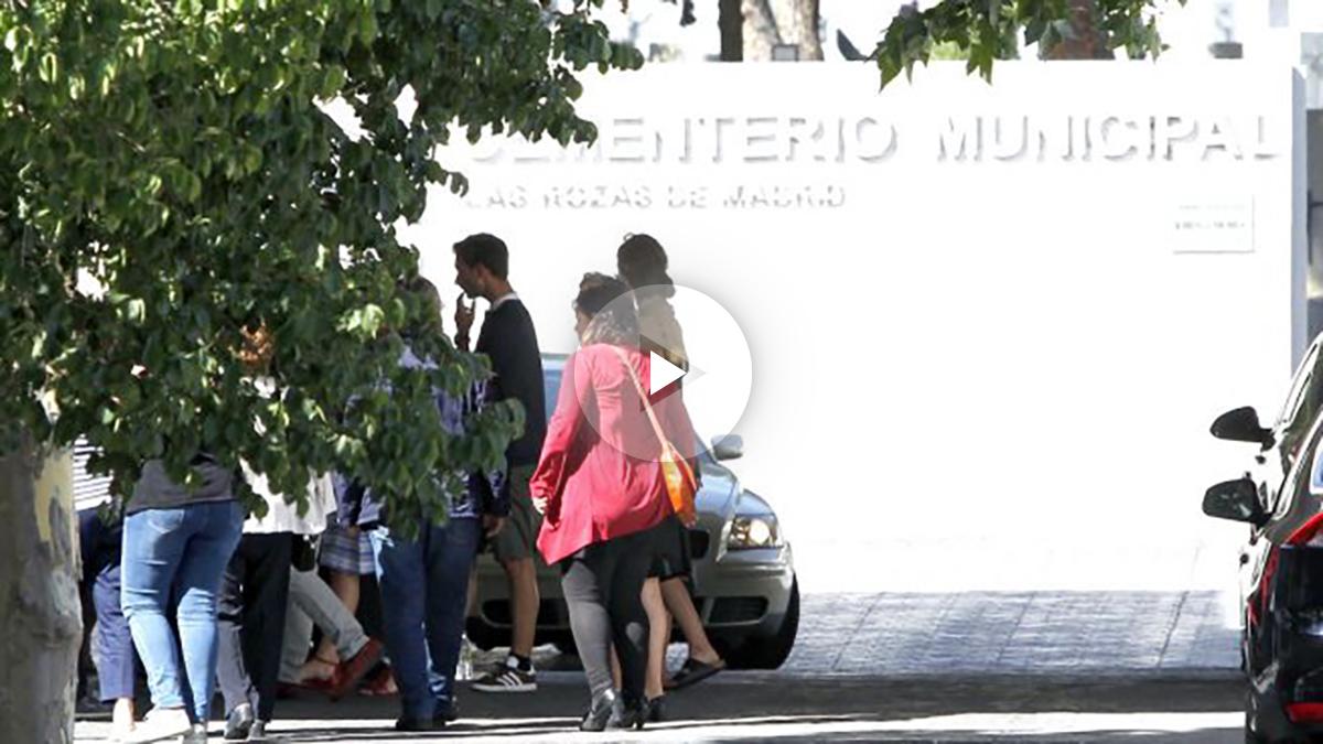 Familiares y amigos de Ignacio Echeverría llegando al tanatorio de Las Rozas (Foto: Efe).
