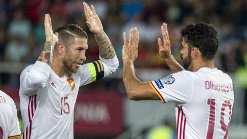 Sergio Ramos celebra con Diego Costa el segundo gol de España en Macedonia. (AFP)