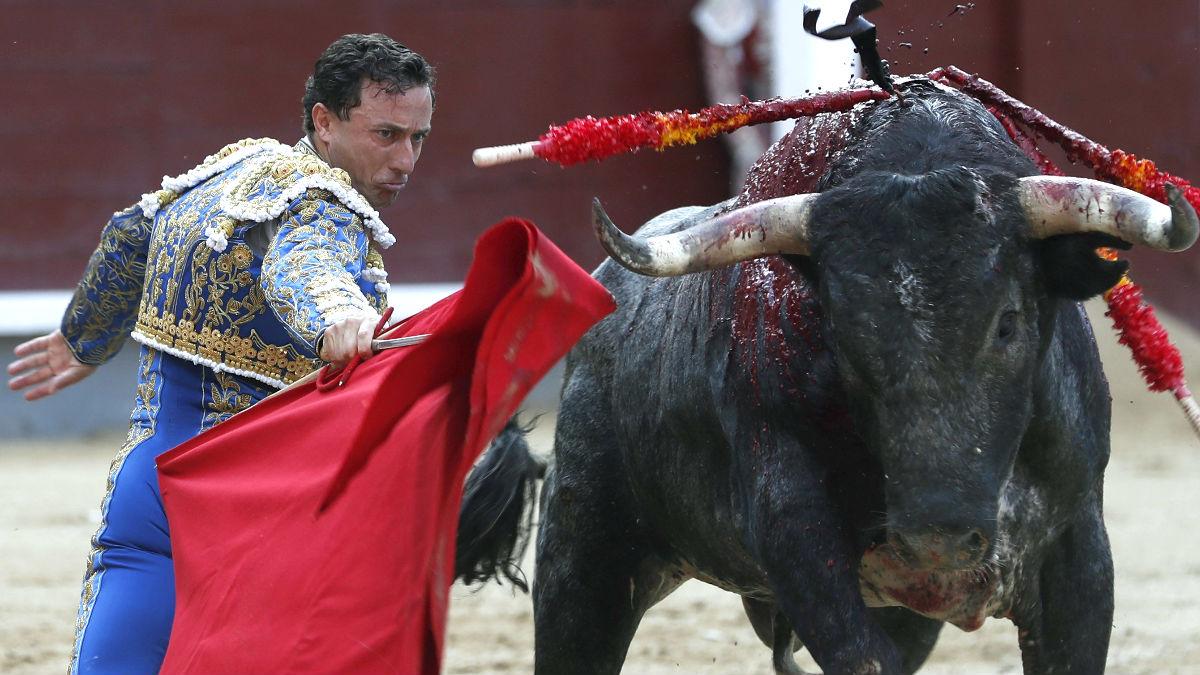 Rafaelillo durante la faena a su primer toro (Foto: Efe).