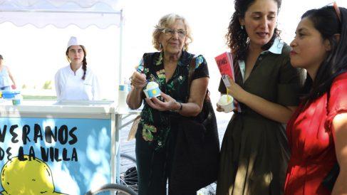 La alcaldesa Carmena disfrutando de un helado durante la presentación de los Veranos de la Villa. (Foto: Madrid)