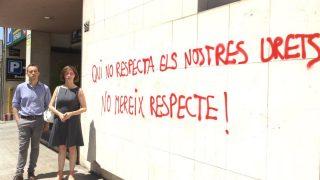 Ángeles Ribes ante la pintada que ha aparecido esta mañana en la sede de C's en Lérida.