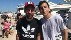 Leo Messi se fotografía con un fan en Ibiza. (Twitter)