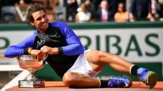 Rafael Nadal, con la copa de campeón de Roland Garros. (Getty)