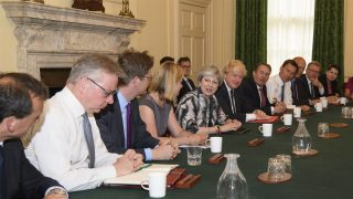 Theresa May en la primera reunión con su equipo de gobierno (Foto: AFP)