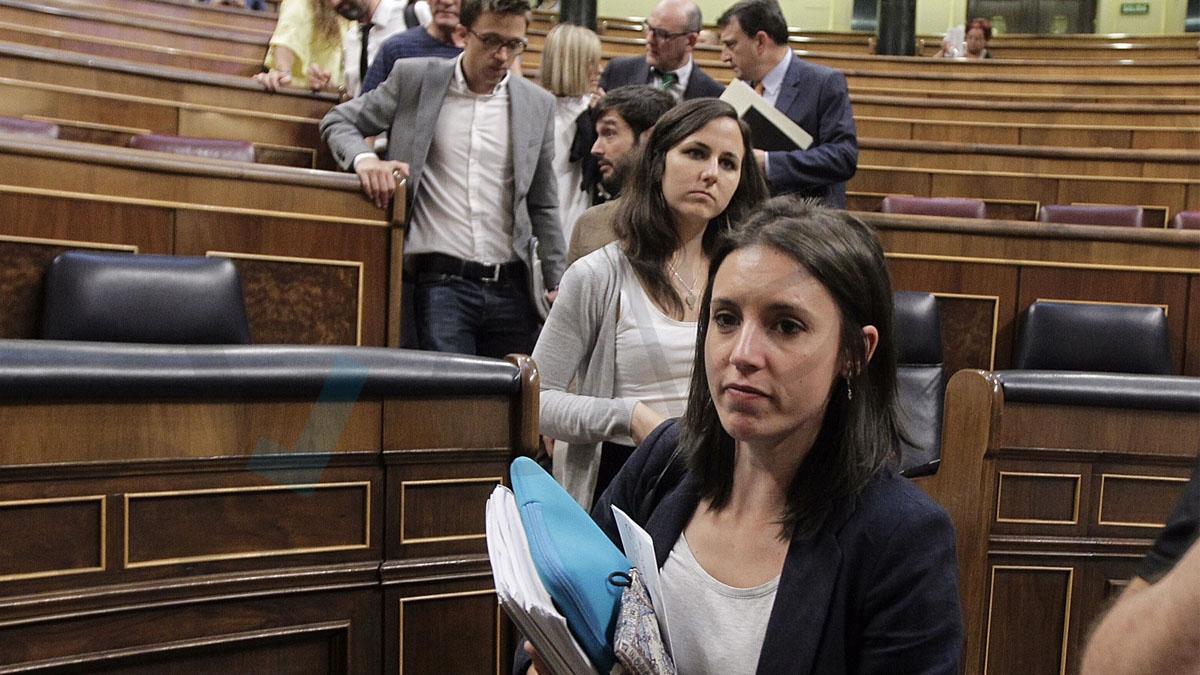 La diputada Irene Montero y el resto de la bancada de Podemos abandonan el hemiciclo con caras compungidas. Foto: Francisco Toledo