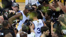 Kevin Durant y Stephen Curry celebran su primer anillo juntos en Golden State. (AFP)
