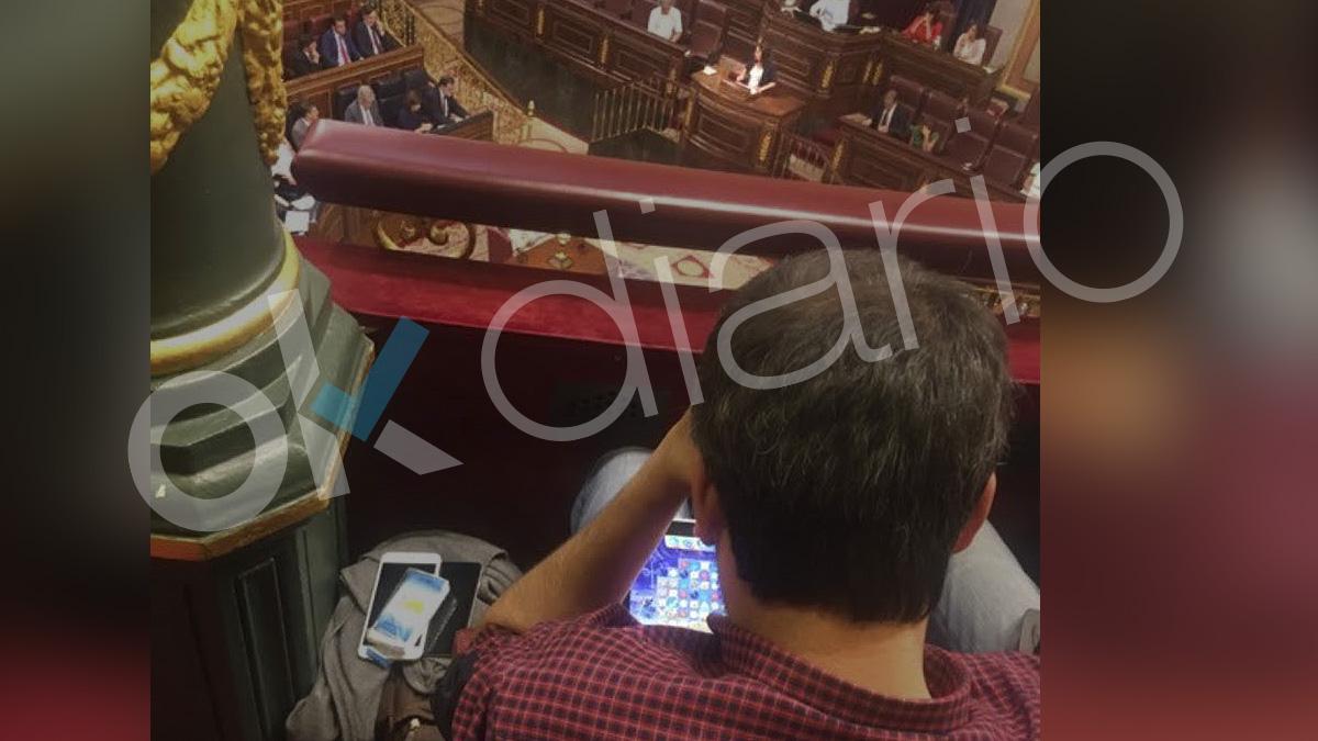 Xulio Ferreiro, alcalde de La Coruña, jugando al Candy Crush durante el discurso de Irene Montero en la moción de censura.