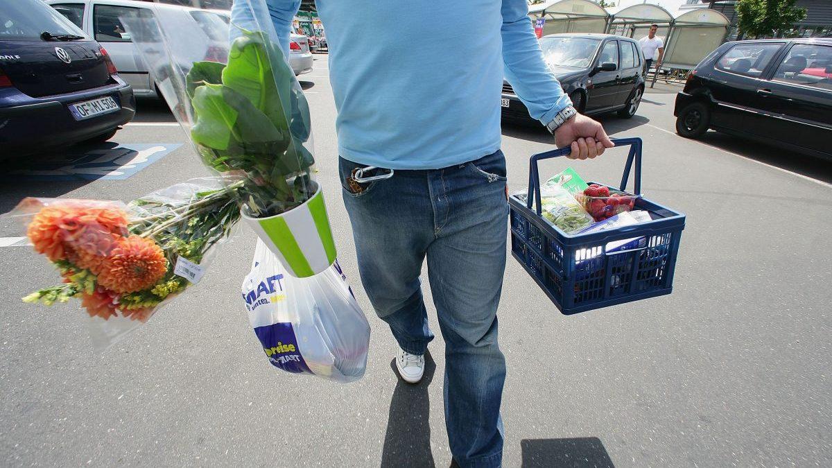 Un hombre sale de hacer la compra de un mercado (Foto: Getty)