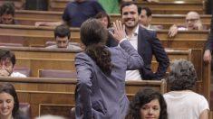 Pablo Iglesias saluda a Alberto Garzón. (Foto: Francisco Toledo)