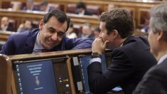 Pablo Casado conversa con Fernando Martínez-Maíllo en el Congreso de los Diputados. (Foto: Francisco Toledo)