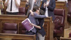 Pablo Iglesias abraza a Irene Montero después de su discurso. (Foto: Francisco Toledo)