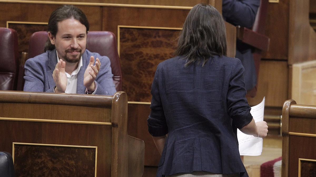 Pablo Iglesias aplaudiendo a Irene Montero tras su discurso en la moción de censura (Foto: Francisco Toledo)
