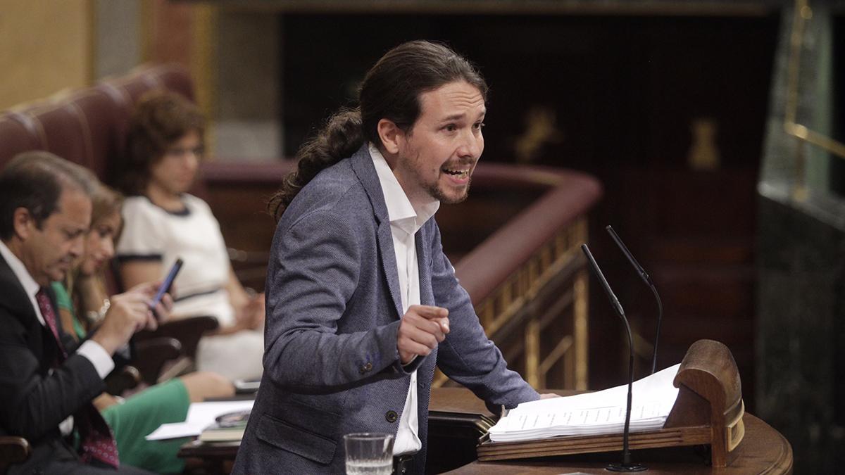 Pablo Iglesias, líder de Podemos, con su discurso en decenas de folios en la moción de censura. (Foto: Francisco Toledo)