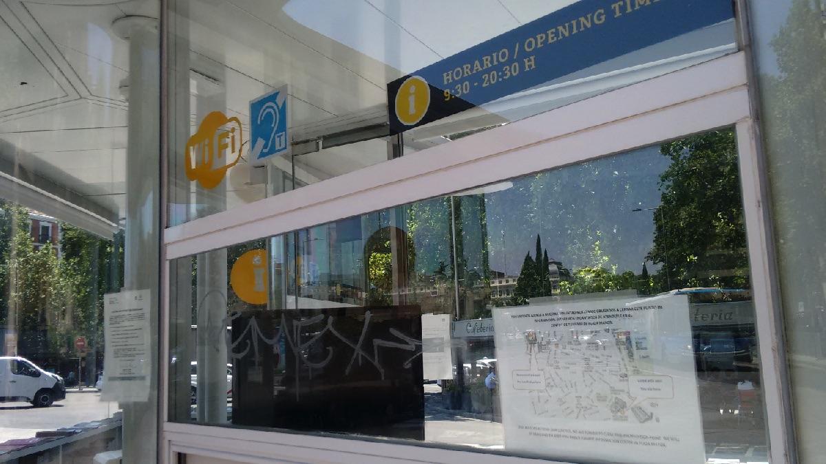 Punto de información turística cerrado por calor. (Foto: OKDIARIO)