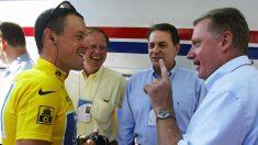 Lance Armstrong habla con Hein Verbruggen durante el Tour de 2002. (AFP)
