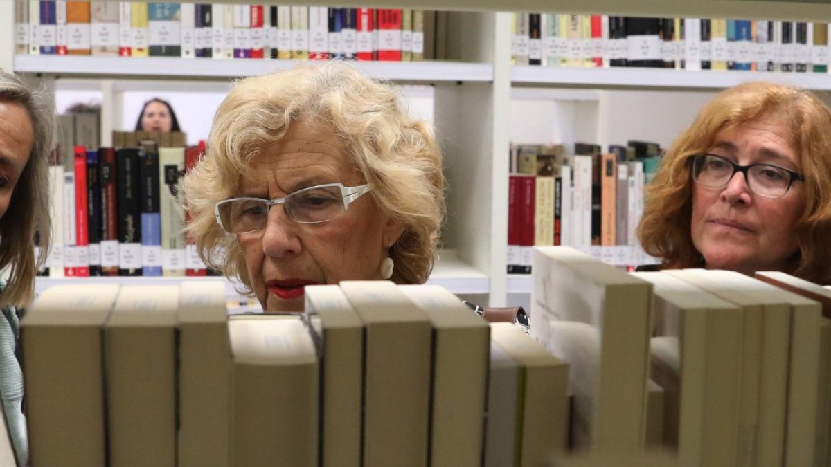 La alcaldesa de Madrid, Manuela Carmena, visitando la biblioteca 'María Lejárraga' en Hortaleza. (Foto: Madrid)