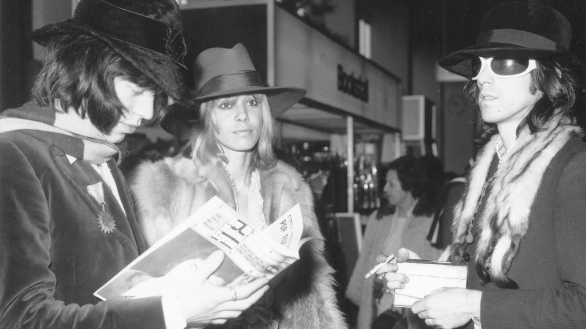 Anita Pallenberg con Mick Jagger y Keith Richards en 1968. (Foto: Getty)