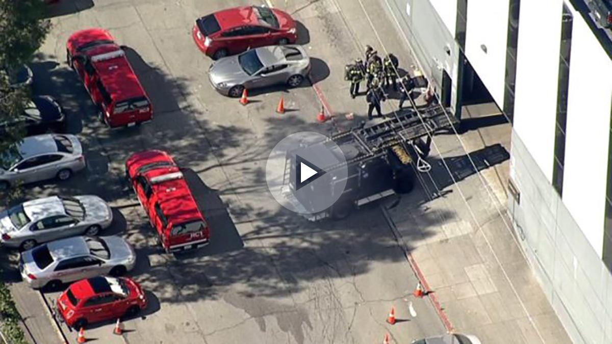 Agentes de los SWAT toman la sede de UPS en San Francisco tras el tiroteo.