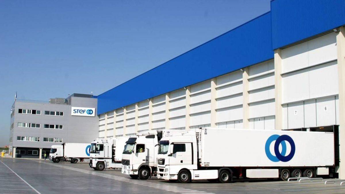 Imagen de archivo de camiones parados.