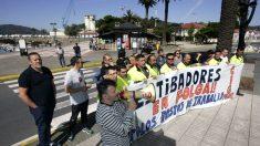 Estibadores en huelga en el Puerto de Ferrol (Foto: EFE).