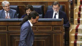 Pablo Iglesias pasa por delante de Alfonso Dastis, Soraya Sáenz de Santamaría y Mariano Rajoy. (Foto: EFE)