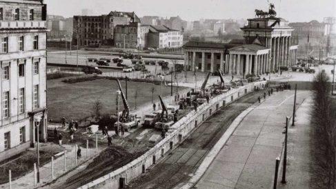 Fotografía de la construcción del Muro de Berlín en uno de sus tramos