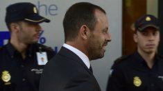 Sandro Rosell pasa junto a la Policía Nacional. (AFP)