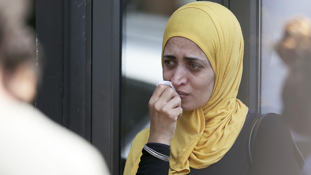 Una mujer llora a los pies de la torre incendiada en Londres. (Foto: AFP)