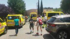 Ambulancias del Summa y alumnos evacuados en un instituto de Valdemoro por la ola de calor. (TW)