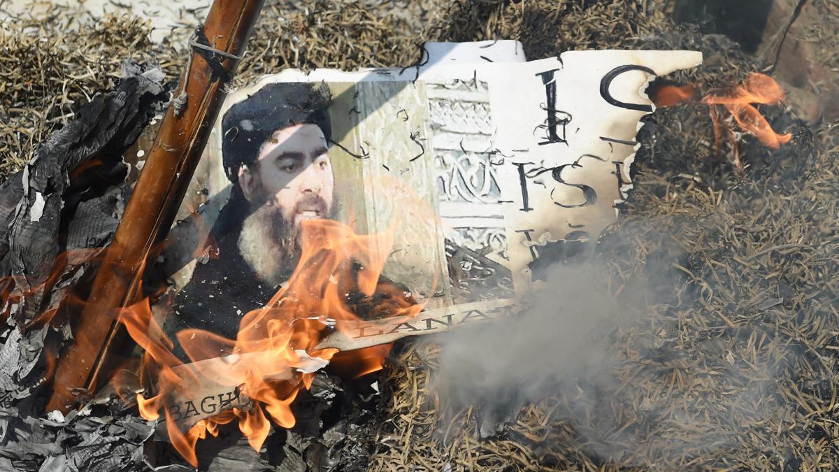 Arde una fotografía de Abu Bakr al-Baghdadi, líder del Estado Islámico. (Foto: AFP)