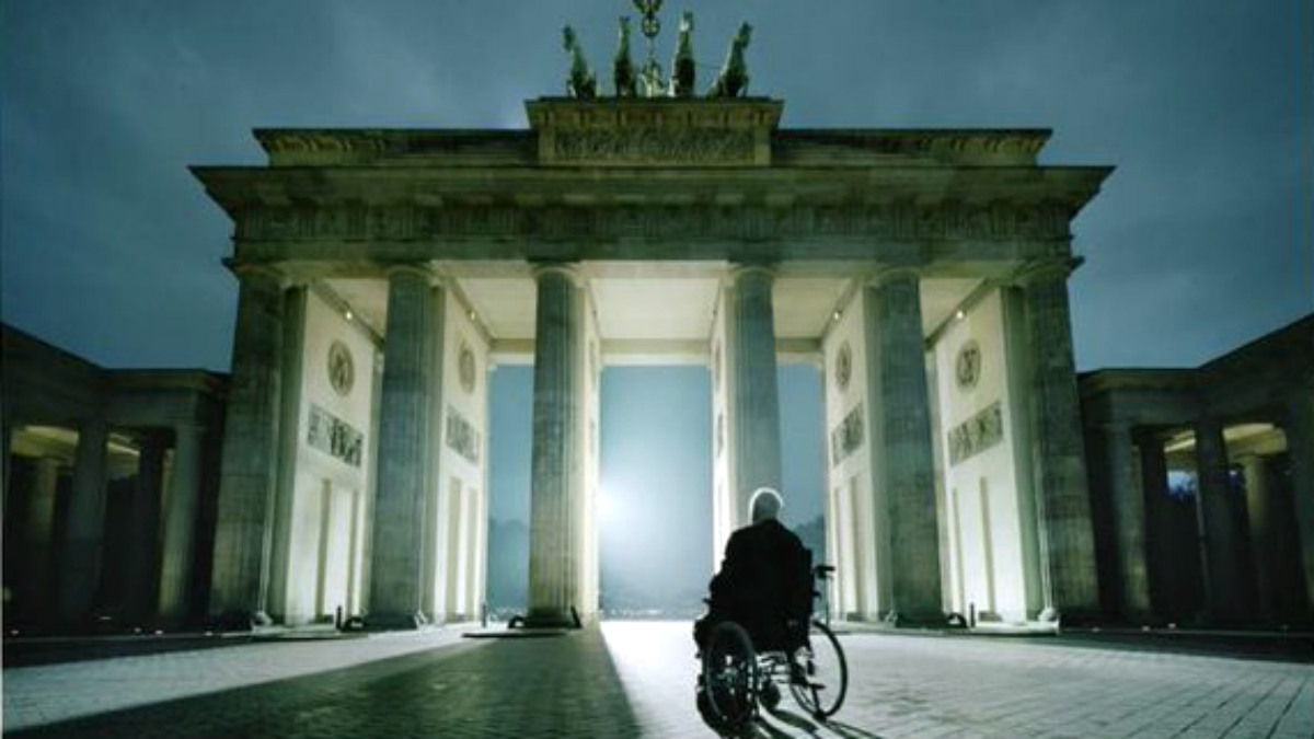 Helmut Kohl ante la Puerta de Brandemburgo, en Berlín.