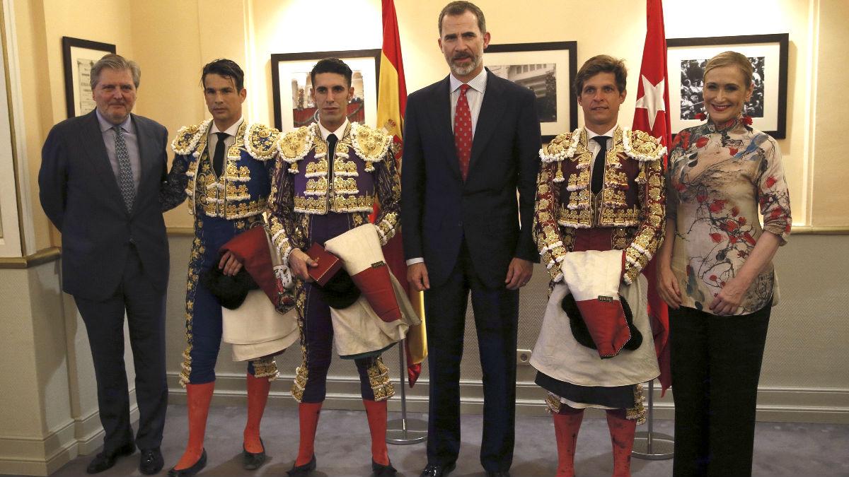 El Rey Felipe, el ministro Méndez de Vigo y la presidenta madrileña Cristina Cifuentes posan con los tres toreros (Foto: Efe).