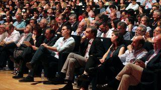 Pedro Sánchez escucha atentamente junto a Zapatero. (Foto: Francisco Toledo)