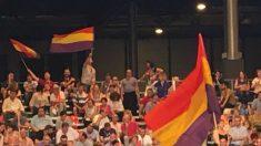 Banderas republicanas en el Congreso del PSOE. (Foto: OKD)