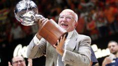 Juan Roig levanta el título de campeón de la Liga Endesa. (EFE)