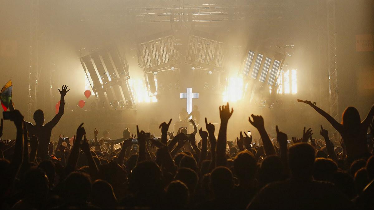 El tándem francés Justice ofreció su habitual estilo musical, acompañado de unas luces apabullantes, al público del SónarClub. Foto: Sónar