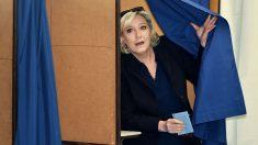 Marine Le Pen aparece tras la cortina con su voto (Foto: AFP)