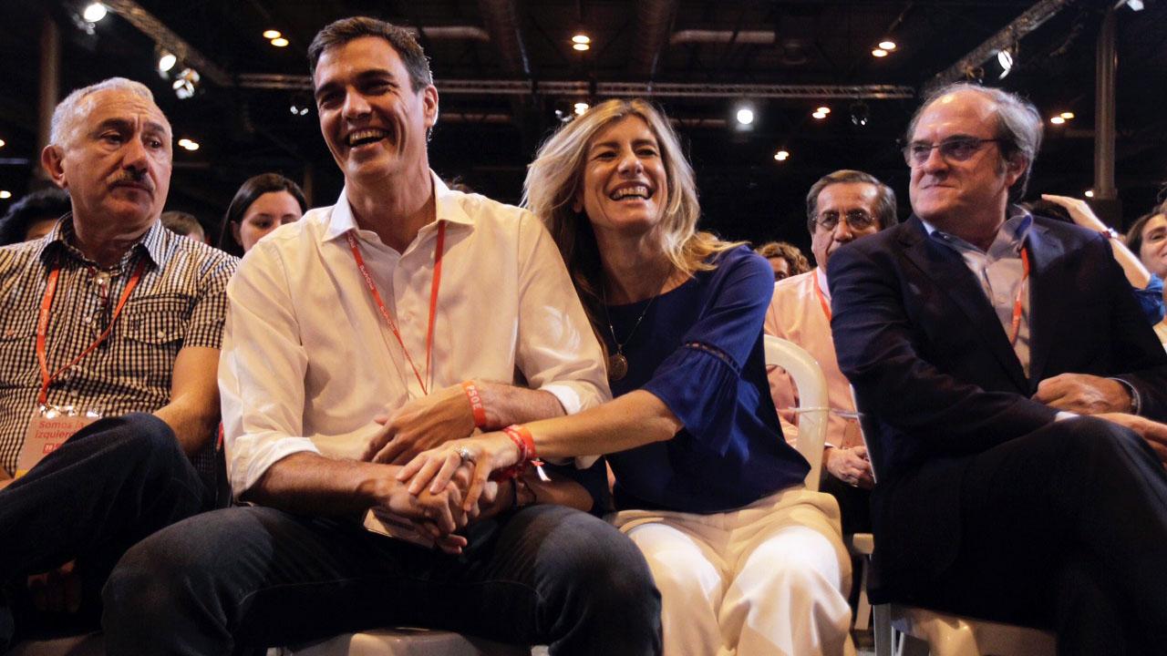 Pedro Sánchez junto a su mujer, Begoña Gómez. (Foto: Francisco Toledo)