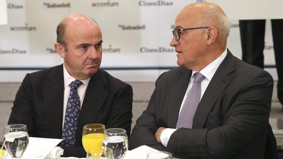 El ex ministro de Economía, Luis de Guindos y el presidente de Banco Sabadell, Josep Oliu. (Foto: EFE)
